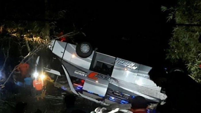 Bus peziarah asal Subang terbalik 180 derajat di Jalan Raya Sumedang-Malangbong, tepatnya di Tanjakan Cae, Wado, Sumedang, Jawa Barat, Rabu (10/3/2021) malam.