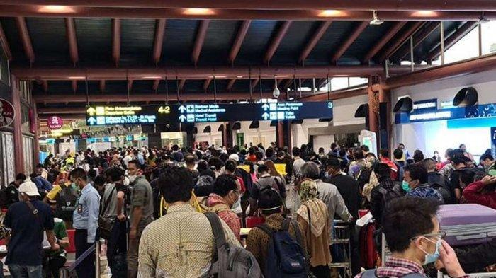 Ratusan calon penumpang mengantre untuk mendapatkan pengesahan surat ijin naik pesawat di Terminal 2 Bandara Soekarno Hatta, Tangerang, Banten, Kamis (14/5/2020).