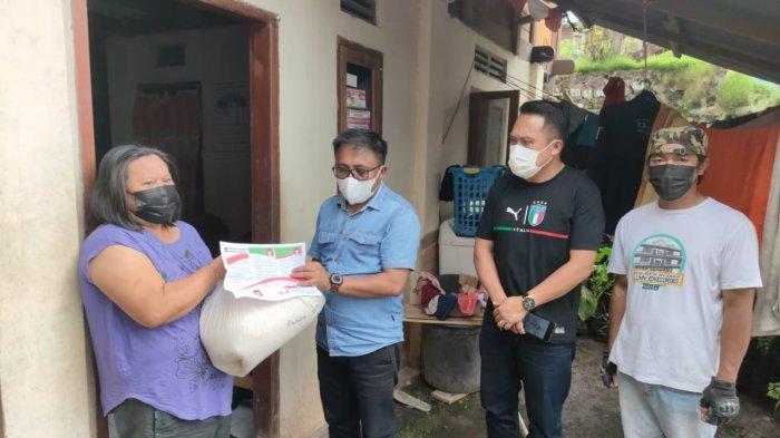 Camat Ratahan Salurkan Bantuan PemkabMitra kepada Warga Terdampak PPKM