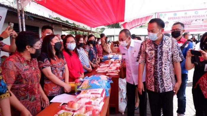 Caroll Senduk dan Wenny Lumentut Tinjau Pasar Murah di Kampung Jawa Tomohon