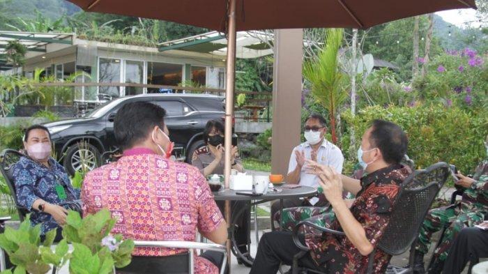 Wali Kota Tomohon Caroll Senduk saat rapat terbatas terkait penanganan Covid-19 di Kota Tomohon yang digelar Hotel Jhoanie, Kamis (8/7/2021).