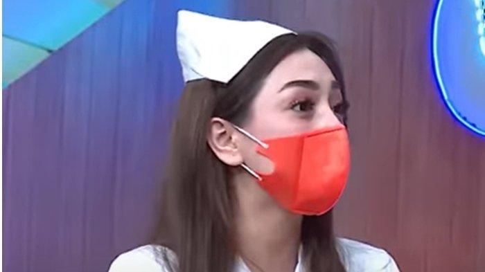 Celine Evangelista saat jadi host Kopi Viral