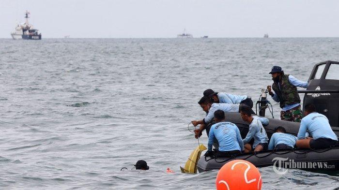 Suasana saat prajurit TNI mengevakuasi serpihan dari pesawat Sriwijaya Air SJ 182 yang hilang kontak saat melakukan pencairan di perairan Kepulauan Seribu, Jakarta, Minggu (10/1/2021). Pesawat Sriwijaya Air SJ 182 yang hilang kontak pada Sabtu (9/1/2021) sekitar pukul 14.40 WIB di ketinggian 10 ribu kaki tersebut membawa enam awak dan 56 penumpang.