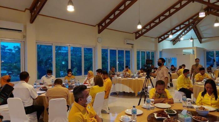 Christiany Eugenia Paruntu bersama pengurus Partai Golkar Sulut saat buka puasa bersama di Restoran City Extra, Kalasey, Kabupaten Minahasa, Sulawesi Utara, Sabtu (1/5/2021).