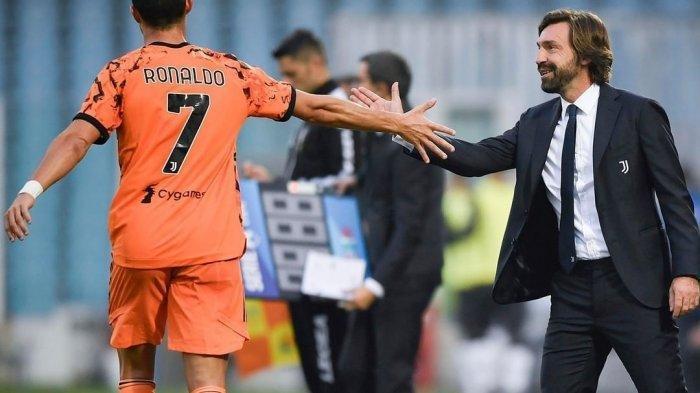 Cristiano Ronaldo bersalaman dengan peltaih Juventus, Andrea Pirlo dalam laga melawan Spezia.