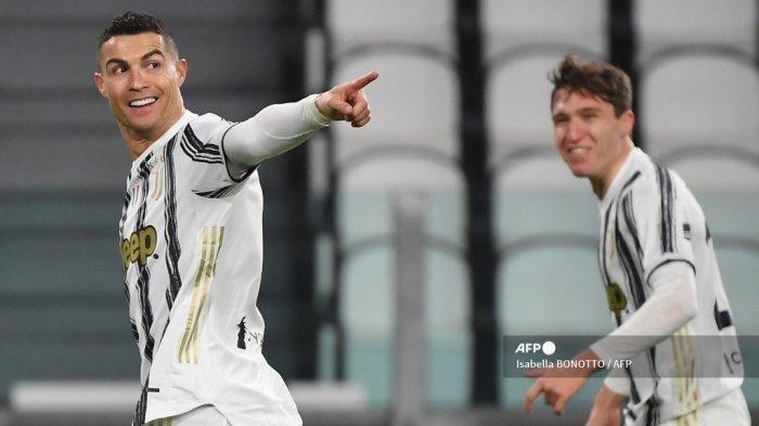Cristiano Ronaldo (kiri) merayakan dengan penyerang Italia Juventus Federico Chiesa (kiri) setelah membuka skor selama pertandingan sepak bola Serie A Italia Juventus vs AS Roma pada 6 Februari 2021 di stadion Juventus di Turin.