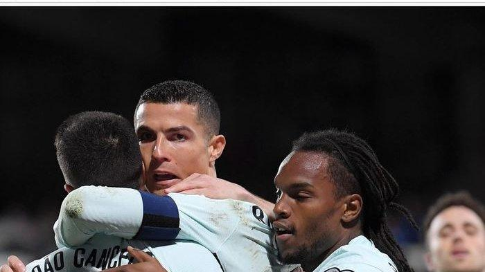 Cristiano Ronaldo lembek pada menit ke-78 usai mencetak satu gol, timnas Portugal ke puncak klasemen Grup A Kualifikasi Piala Dunia 2022.
