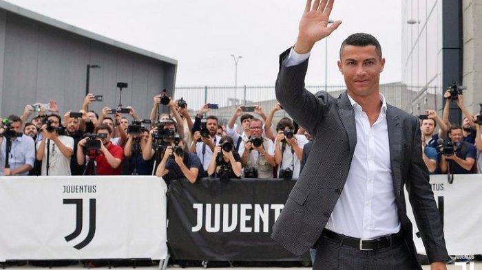 Cristiano Ronaldo saat diperkenalkan Juventus.