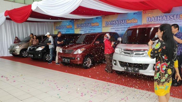 Daihatsu Serahkan 8 Unit Mobil Rekondisi ke Konsumen Setia di Jawa Timur