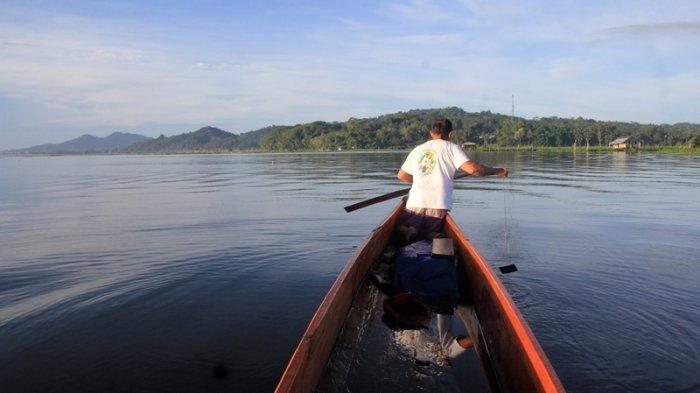Danau Tondano Kabupaten Minahasa Provinsi Sulawesi Utara menjadi pusat perekonomian maupun pusat pariwisata yang ada di Kabupaten Minahasa.