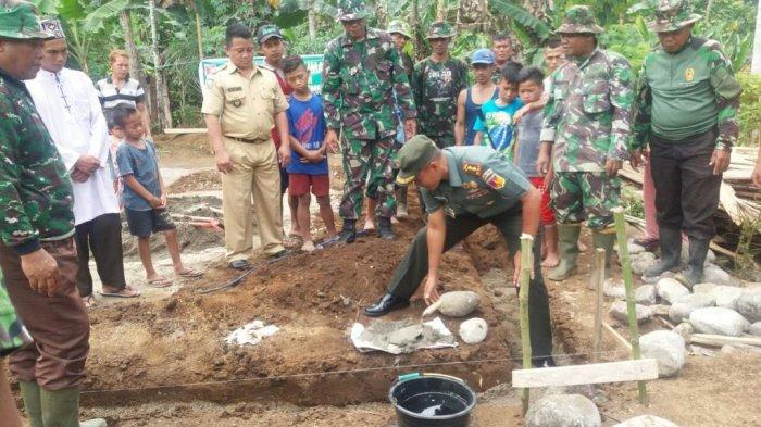Dandim Bolmong Meletakkan Batu Pertama Kegiatan Bedah Rumah kepada Warga Kurang Mampu