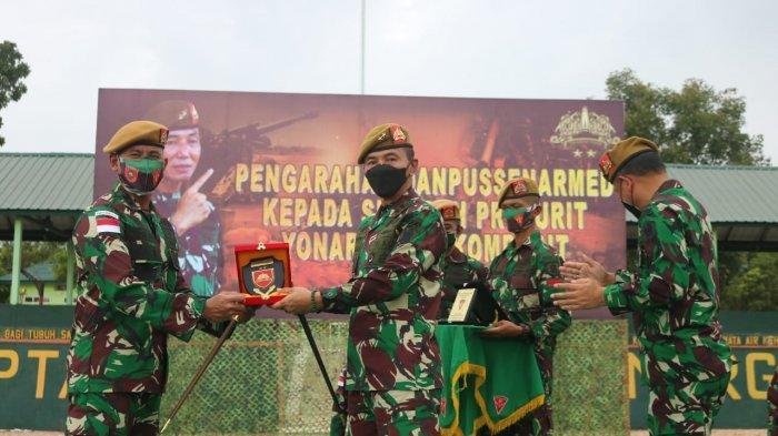 Danpussenarmed Kodiklatad, Mayjen TNI Totok Imam Santoso ketika mengecek alutsista di Batalyon Armed 18/Komposit Buritkang.