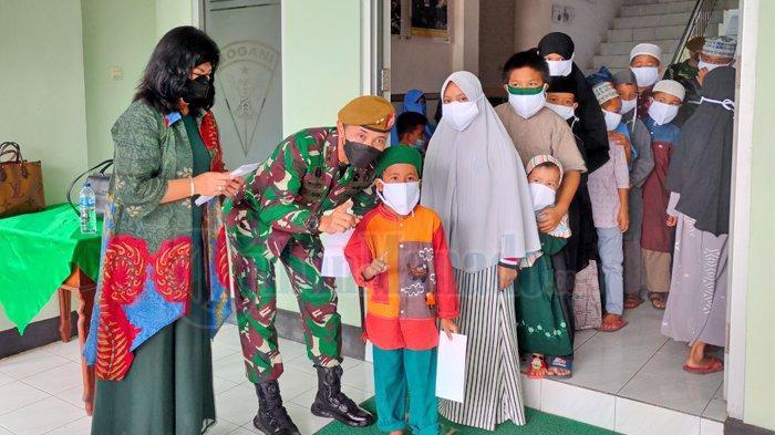Berkunjung ke Yon Armed 19/105 Tarik Bogani, Danpussenarmed Kodiklatad TNI Berbagi dengan Anak Yatim