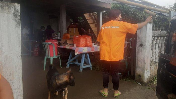 Warga Dirikan Dapur Umum Korban Banjir Bandang, Sediakan Konsumsi Untuk Petugas dan Relawan