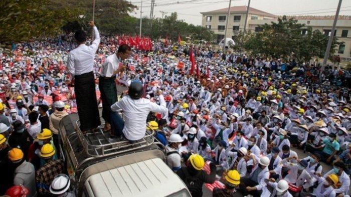 Foto : Para demonstran menduduki jalan dalam demonstrasi menentang kudeta militer di Mandalay, <a href='https://manado.tribunnews.com/tag/myanmar' title='Myanmar'>Myanmar</a>, Kamis (18/2/2021)