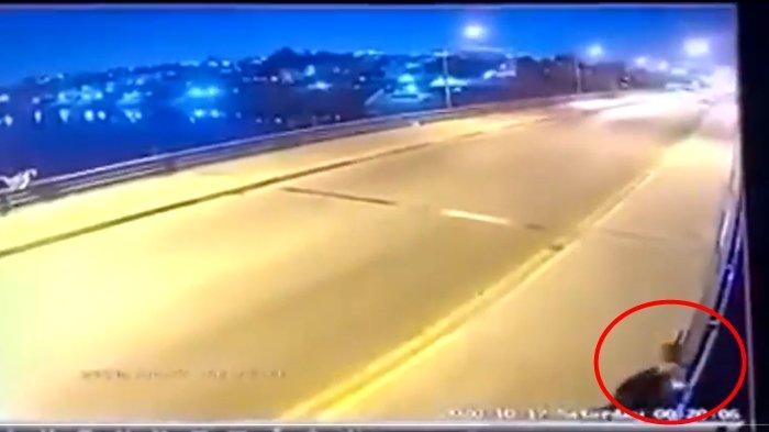 Terekam CCTV Emak-emak Buang Dua Anaknya dari Atas Jembatan, Suami Histeris, Videonya Menyayat Hati