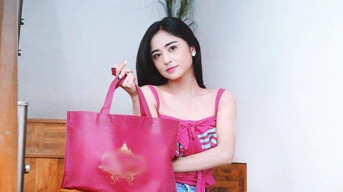Dewi Perssik curi perhatian saat kenakan pakaian longgar