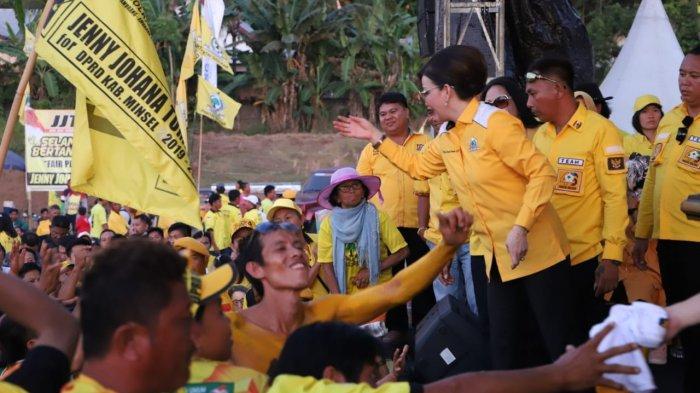 Di Kampanye Golkar Sulut, Novita Dewi Nyanyikan Lagu Idola Tetty Paruntu