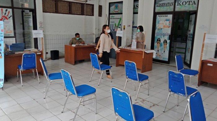 Di Manado, tenaga kesehatan (nakes) yang menolak jalani vaksinasi Covid-19 bisa dijemput dengan mobil polisi.