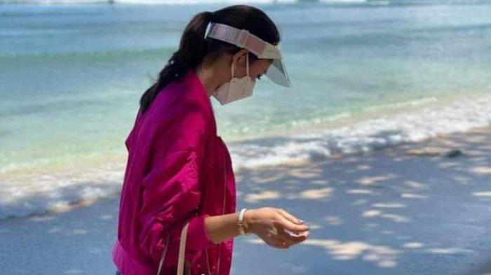 Di pantai Pulisan, istri tercinta Bupati Minahasa Utara Rizya Ganda tampil mempesona nan anggun.