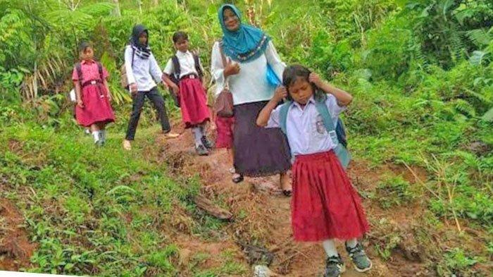 Dian Praharsini Abdullah dan anak-anak didik di Pedalaman Kabupaten Bolmong Sulut.