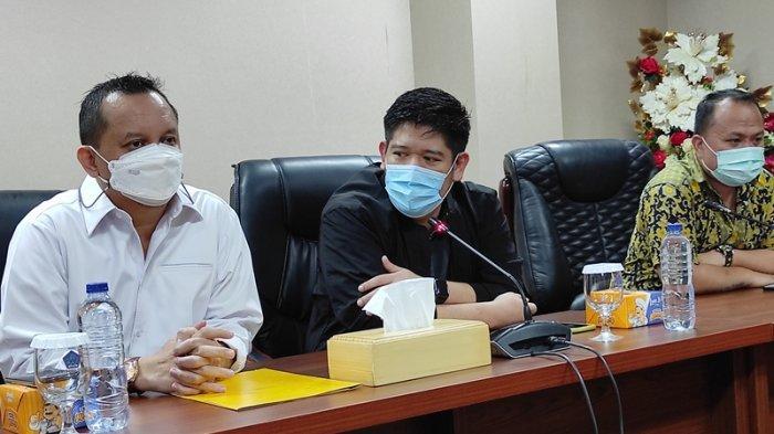 Sekretaris Partai Golkar Sulut, Raski Mokodompit (kanan) dan Wakil Ketua Partai Golkar Sulut, Feryando Lamaluta memberikan keterangan pers di kantor DPRD Sulut, Rabu (27/01/2021).