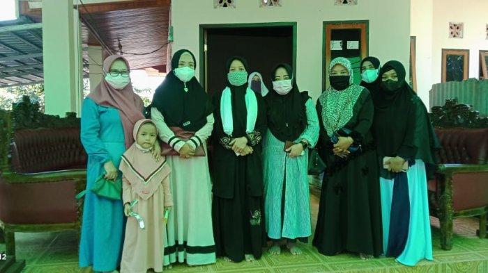 Sekretaris DWP Kemenag Bolmong Kunjungi Keluarga Almarhum Muhtar Bonde