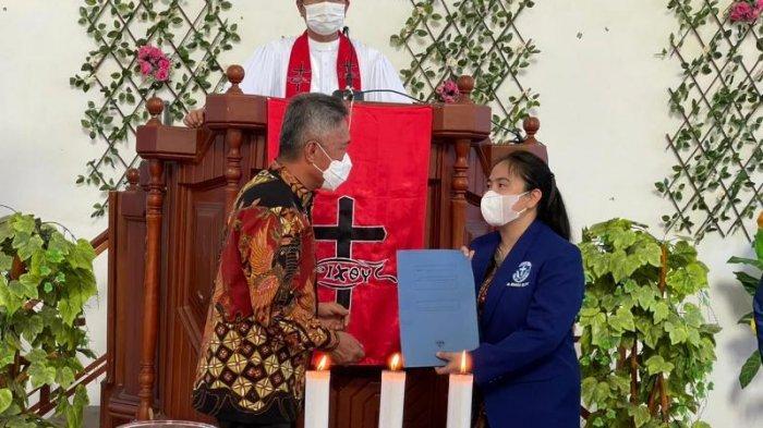 Debby Suma Lantik Pengurus DPC GAMKI Minahasa Selatan di GMIM Karimbow Talikuran