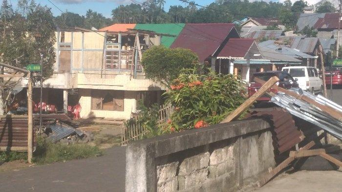 DPC PDIP Minahasa Selatan salurkan bantuan bahan makanan ke korban terdampak angin puting beliung di Desa Tumaluntung.