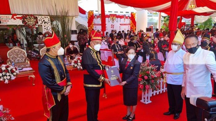 Dr Jeti Pulu menerima penghargaan