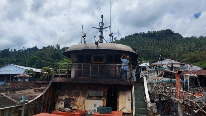 dua kapal ikan yang terbakar saat diabadikan di dock PT Patemang Raya di Kelurahan Tandurusa Kecamatan Aertembaga Kota Bitung Provinsi Sulut.