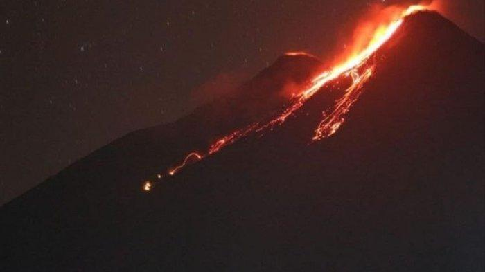 Kawah Gunung Karangetang Keluarkan Leleran Lava dan Sinar Api Setinggi 10 Meter