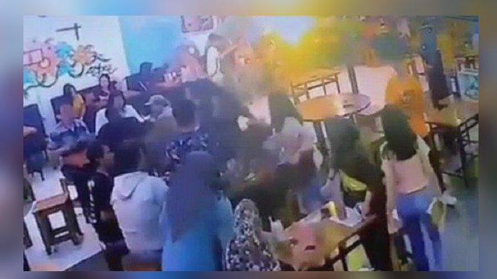 Berawal Saling Tatap, Dua Remaja Putri Bertengkar di Tengah Keramaian Cafe, Saling Siram Air Minum