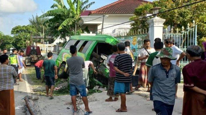 Kecelakaan Maut Tadi Pagi Pukul 06.00 WIB, 2 Penumpang Tewas di Tempat, Minibus Tabrak Pagar Rumah