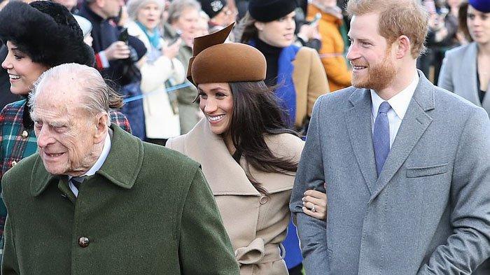 Duke dan Duchess of Sussex dengan Pangeran Philip di Gereja St Mary Magdalene pada 25 Desember 2017 di King's Lynn