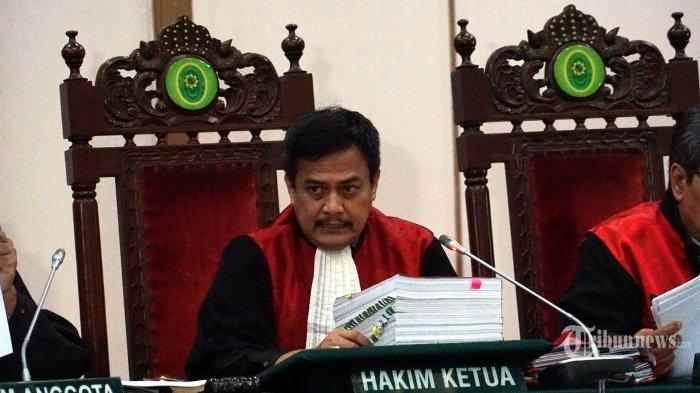 Hakim utama muda/Ketua Pengadilan Negeri Jakarta Utara, H. Dwiarso Budi Santiarto, memimpin persidangan Gubernur nonaktif DKI Jakarta, Basuki Tjahaja Purnama alias <a href='https://manado.tribunnews.com/tag/ahok' title='Ahok'>Ahok</a> hadir dalam persidangan dugaan penistaan agama di Auditorium Kementrian Pertanian, Jakarta Selatan, Selasa (10/1/2017). Sidang kali ini masih beragendakan mendengarkan keterangan saksi dari pihak penuntut umum. TRIBUNNEWS/Kumparan/Aditia Noviansyah/Pool