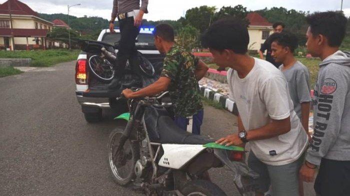Enam pemuda di Kabupaten Bolsel diamankan. Pasalnya keenam pemuda tersebut tertanggal oleh anggota Polres Bolsel saat sedang melakukan aksi balap liar, Kamis (15/4/2021) di Desa Tabilaa, Kecamatan Bolaang Uki, Bolsel, Sulawesi Utara.