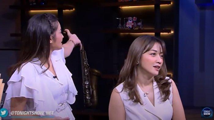 Enzy Storia dan Hesti Purwadinata saat bawakan acara Tonight Show