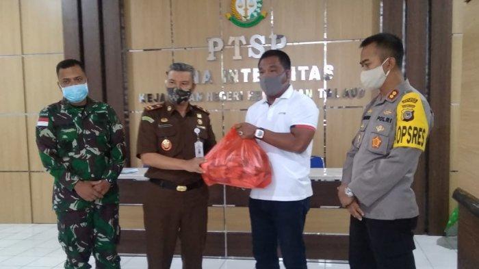 Bagi-Bagi Ratusan Paket Pangan dalam Rangka Idul Fitri, Fahmi: Rindu Berbagi dengan Warga Talaud