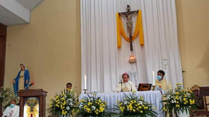 Uskup Manado Mgr Rolly Untu MSC memimpin perayaan Ekaristi Hari Komunikasi Sosial Sedunia tingkat Keuskupan Manado di Paroki St Antonius de Padua Tataaran, Minahasa, Minggu (16/5/2021).