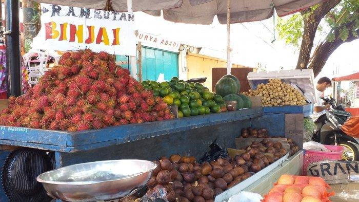 Pedagang buah di Kawasan Niaga 45, Fardi Robi, Kamis (29/7/2021)