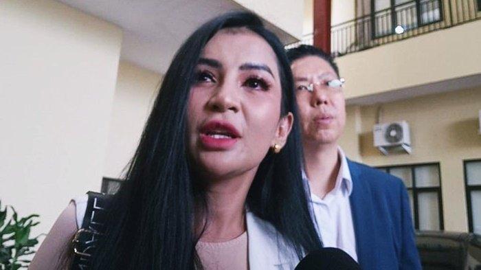 Five Vi bersama kuasa hukumnya, Henry Indraguna, saat ditemui Grid.ID di kawasan Polres Metro Jakarta Pusat, Senin (18/11/2019).