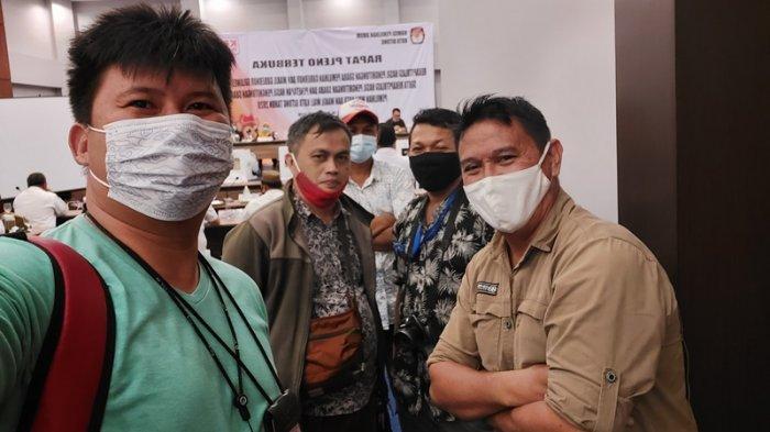 Foto almarhum saat bertugas meliput di rapat pleno KPU Bitung terkiat rekapitulasi hasil penghitungan suara pilgub dan pilwako tahun 2020