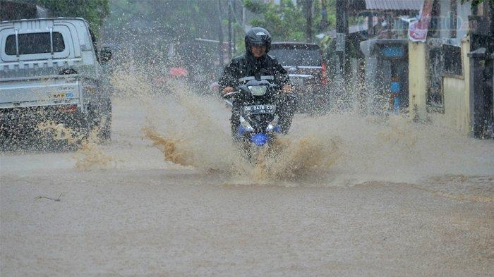 BERITA FOTO, Banjir di Perkamil Kota Manado Sulut