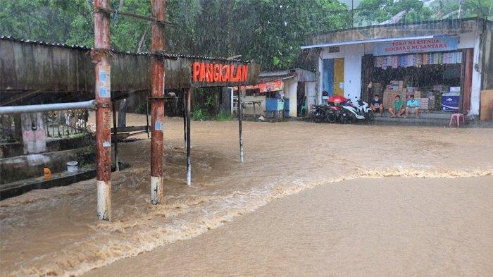 Hujan deras yang mengguyur Kota Manado siang tadi mengakibatkan terjadinya peningkatan debit air di beberapa titik Kota Manado, salah satunya di Perkamil, Kecamatan Paal Dua, Jumat (16/7/2021).