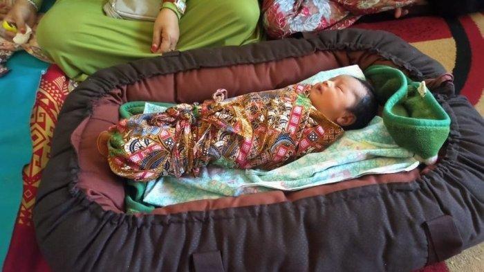 Foto Bayi yang dilahirkan Wanita bernama <a href='https://manado.tribunnews.com/tag/siti-jainah' title='SitiJainah'>SitiJainah</a> yang <a href='https://manado.tribunnews.com/tag/melahirkan' title='melahirkan'>melahirkan</a> Tanpa Hamil di <a href='https://manado.tribunnews.com/tag/cianjur' title='Cianjur'>Cianjur</a>.