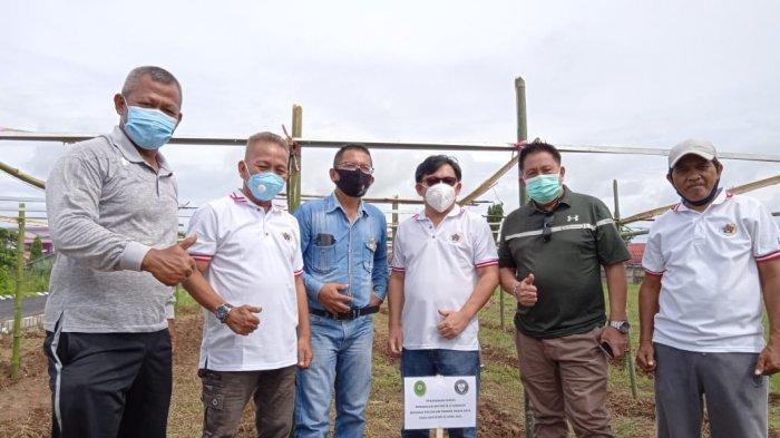 Foto bersama pimpinan Pengadilan Militer dan pengurus PWI Sulut seusai penanaman pohon menyambut Hari Pers Nasional