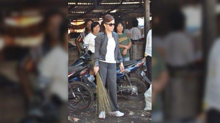 Viral, Foto Lama Bupati Minsel Tetty Paruntu Bersihkan Sampah