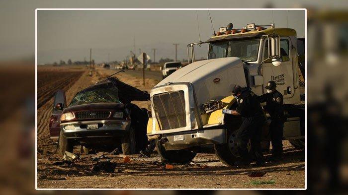 FOTO di Lokasi kecelakaan mengerikan di dekat Holtville, California, Amerika Serikat, pada 2 Maret 2021. Truk bermuatan penuh kerikil menabrak mobil SUV berisi 25 penumpang di persimpangan jalan. Kecelakaan ini menewaskan 13 orang dan lainnya luka-luka.