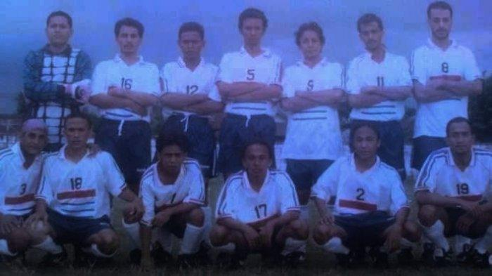 ALI ZIDANE: Foto Syekh Ali Jaber menggunakan nomor punggung 8 (berdiri:paling kanan) bersama pemain lain di klub sepak bolanya. Menurut keluarga, foto ini diambil di Ampenan